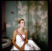 【Grace Kelly展覽@澳門銀河】嘉麗絲姬莉於1959年的王室官方相片,她佩戴卡地亞鑽石三疊頸鏈、紅寶石配鑽石王冠。圖片由主辦單位提供。(Georges Lukomski/Archives of the Prince's Palace of Monaco)