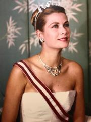 【Grace Kelly展覽@澳門銀河】現場圖片展板:嘉麗絲姬莉於1959年的王室官方相片(何芍盈攝)
