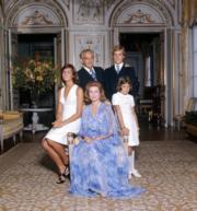 【Grace Kelly展覽@澳門銀河】1974年,嘉麗絲王妃穿上YSL長裙與家人合照。圖片由主辦單位提供。(Gianni Bozzachi/Archives of the Prince's Palace of Monaco)