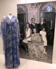 【Grace Kelly展覽@澳門銀河】嘉麗絲姬莉的服飾,出自品牌Yves Saint Laurent。(何芍盈攝)