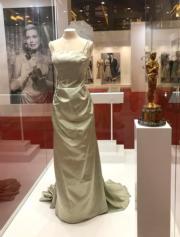 【Grace Kelly展覽@澳門銀河】嘉麗絲姬莉於1955年出席第27屆奧斯卡頒獎禮時所穿的淡綠色吊帶長裙,以及奧斯卡最佳女主角獎座。(何芍盈攝)