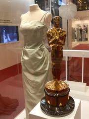 【Grace Kelly展覽@澳門銀河】嘉麗絲姬莉出席第27屆奧斯卡頒獎禮時所穿的淡綠色吊帶長裙,以及奧斯卡最佳女主角獎座。(何芍盈攝)