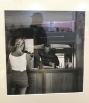 【Grace Kelly展覽@澳門銀河】嘉麗絲姬莉親手拍攝的相片,同時拍攝到被攝者及她本人(右方鏡內身影),畫面珍貴又有趣。(何芍盈攝)