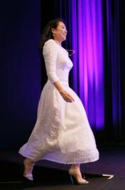 當出席大師班,章子怡換上比較casual的白裙。