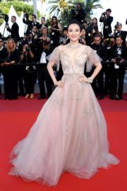 康城影展閉幕禮,擔任頒獎嘉賓的章子怡穿上Monique Lhuillier晚裝,充滿仙氣。