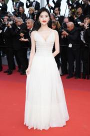 在《Les Miserables》首映禮上「佔領」紅地氈的《悍戰太平洋2》內地女星景甜,穿著Dior白色長裙登場。