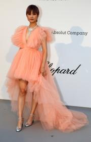 內地女歌手李宇春穿著Giambattista Valli聯乘H&M的晚裝出席愛滋病研究基金晚宴。