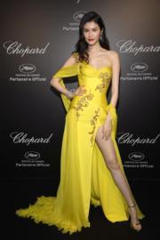 內地名模何穗穿著Atelier Versace出席珠寶品牌活動。