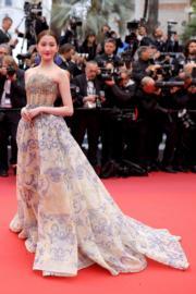 穿著Atelier Versace亮相紅地氈的關曉彤。
