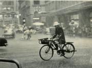 香港蘇富比藝術空間在6月6日至25日舉行「香港影像·兩代觸覺——邱良·李家昇」展售會,展出已故攝影師邱良及攝影師李家昇以香港為題的紀實攝影。圖為邱良攝影作品《冒雨前進》(中環,1969年)。(圖片由相關機構提供)