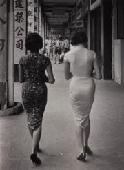 【香港蘇富比「香港影像·兩代觸覺——邱良·李家昇」】 邱良《儷人行》(告士打道,1961年)(圖片由相關機構提供)