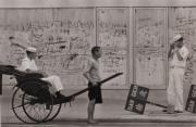 【香港蘇富比「香港影像·兩代觸覺——邱良·李家昇」】邱良《攞景》(灣仔駱克道,1966年)(圖片由相關機構提供)
