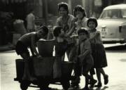【香港蘇富比「香港影像·兩代觸覺——邱良·李家昇」】邱良《自得其樂》(深水埗街頭,1963年)(圖片由相關機構提供)