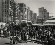 【香港蘇富比「香港影像·兩代觸覺——邱良·李家昇」】邱良《巴士總站》(佐頓道,1968年)(圖片由相關機構提供)