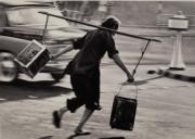 【香港蘇富比「香港影像·兩代觸覺——邱良·李家昇」】邱良《搏命撲水》(深水埗街頭,1963年)(圖片由相關機構提供)