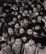 【香港蘇富比「香港影像·兩代觸覺——邱良·李家昇」】邱良《笑口常開》(黃大仙天台學校,1965年)(圖片由相關機構提供)