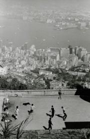 【香港蘇富比「香港影像·兩代觸覺——邱良·李家昇」】邱良《山頂球賽》(舊山頂道,1968年)(圖片由相關機構提供)