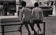 【香港蘇富比「香港影像·兩代觸覺——邱良·李家昇」】邱良《兩個飛哥》(灣仔,攝於1961年,並於1990年代沖印,銀鹽紙基)(圖片由相關機構提供)