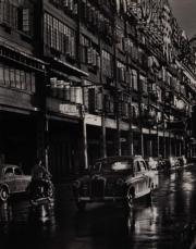 【香港蘇富比「香港影像·兩代觸覺——邱良·李家昇」】邱良《告士打道》(1961年)(圖片由相關機構提供)