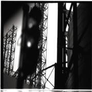 【香港蘇富比「香港影像·兩代觸覺——邱良·李家昇」】李家昇《工業區儲存庫前的交通燈》(1998年攝)(圖片由相關機構提供)