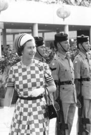 【1975年首度訪港】英女王(左)(政府新聞處資料圖片)