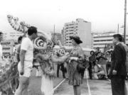 【1975年首度訪港】英女王為龍獅點睛。(政府新聞處資料圖片)