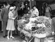 【1975年首度訪港】英女王參觀街市。(政府新聞處資料圖片)