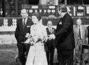 1975年,英女王伉儷(左一及左二)訪港。(政府新聞處資料圖片)