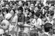 【1975年首度訪港】民眾在欄杆外一睹英女王風采。(政府新聞處資料圖片)