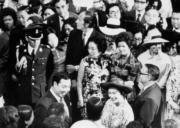 【1975年首度訪港】英女王與民眾打招呼。(政府新聞處資料圖片)
