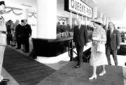1986年,英女王(右二)與王夫菲臘親王(右一)再度訪港,時任港督尤德爵士(右三)陪伴在側。(政府新聞處資料圖片)