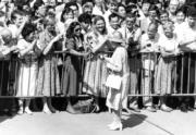 1986年,英女王伉儷再度訪港,獲民眾送上鮮花。(政府新聞處資料圖片)