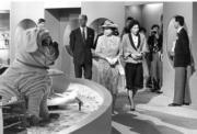 【1986年再度訪港】英女王(前排左) 進行不同參觀活動。(政府新聞處資料圖片)