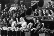 1986年,英女王伉儷(右三、右二)再度訪港(政府新聞處資料圖片)