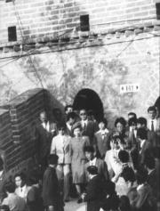 【1986年訪華】英女王伉儷遊覽著名的萬里長城。(中新社)