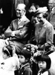 【1986年訪華】英女王伉儷參觀北京幼兒園。(新華社資料圖片)