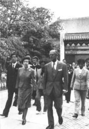 【1986年訪華】英女王伉儷(前)遊覽北京十三陵中規模最大的長陵。(中新社)
