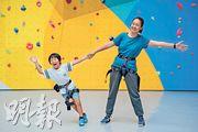 暑期親子班﹕母子攀石拍住上  克服困難建互信