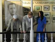 【哈里梅根一家三口訪南非】2019年9月23日,哈里王子(中)及梅根(右)(法新社)
