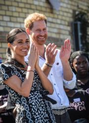【哈里梅根一家三口訪南非】2019年9月23日,哈里王子(中)及梅根(左)(法新社)