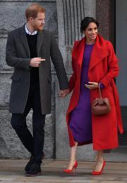 2019年1月14日,哈里王子(左)和梅根(右)到訪英國西南部城鎮,探訪當地社區機構。(法新社)