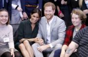 2018年10月3日,英國薩塞克斯公爵伉儷哈里王子(左三)和梅根(左二)首次訪問薩塞克斯。(法新社)