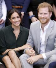 2018年10月3日,英國薩塞克斯公爵伉儷哈里王子(右)和梅根(左)首次訪問薩塞克斯,二人十指緊扣,十分甜蜜。(法新社)