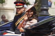 2018年6月9日,英國薩塞克斯公爵伉儷哈里王子(左)和梅根(右),出席英女王伊利沙伯二世92歲官方壽辰閱兵巡遊慶祝活動。(法新社)