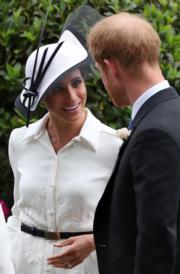 2018年6月19日,哈里王子(右)與梅根(左)出席英國皇家賽馬會(Royal Ascot)活動。(法新社)