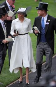 2018年6月19日,哈里王子(右)與梅根(中)出席英國皇家賽馬會(Royal Ascot)活動。(法新社)