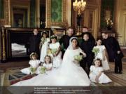 英國薩塞克斯公爵伉儷哈里王子與梅根,和10名花童在溫莎堡The Green Drawing Room合照。 (The Royal Family Twitter圖片)