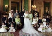 英國薩塞克斯公爵伉儷哈里王子與梅根、親人、花童,在溫莎堡The Green Drawing Room合照。 (The Royal Family Twitter圖片)