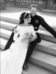 英國薩塞克斯公爵伉儷哈里王子與梅根在溫莎堡the East Terrace合照。 (The Royal Family Twitter黑白圖片)