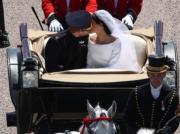 哈里王子和梅根在馬車上再次深情親吻。(法新社)